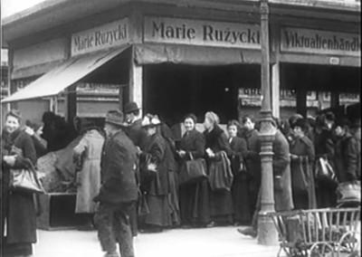Wien_1920_still_Naschmarkt-Schlange-2